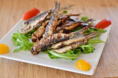 Чтобы приготовить сардины, добавьте немного специй, таких как соль и перец