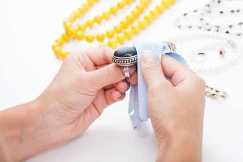Следует учитывать способ, которым прикреплены каменные вставки методом зажима или приклеенные