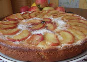 Пышная шарлотка с яблоками и другими начинками
