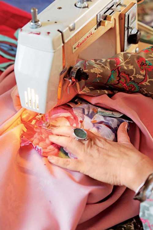 Скатерть с аппликацией из розовых цветов